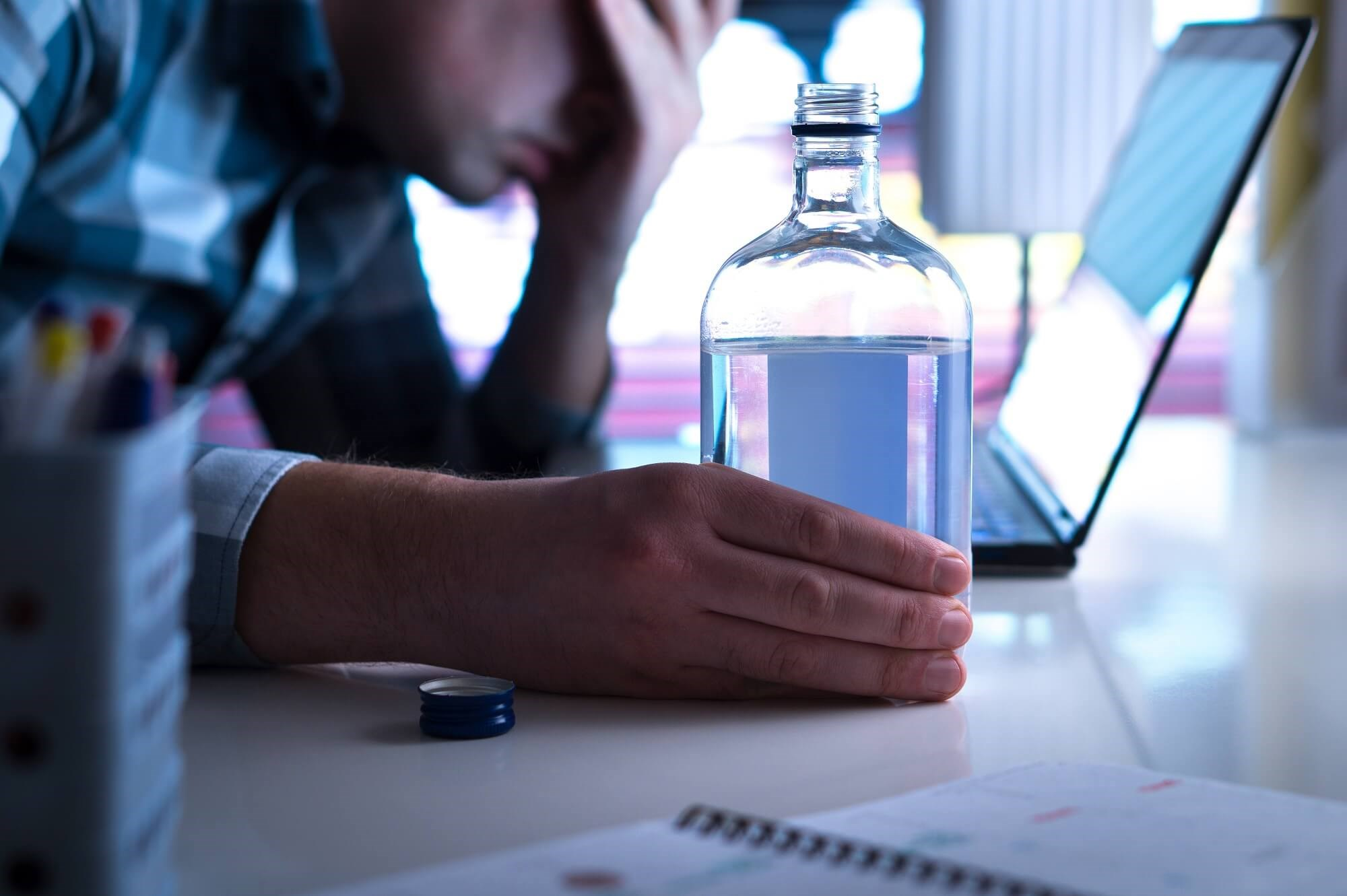 The association between heavy alcohol use and consistent virologic suppression during the subsequent year depended on concurrent symptoms of depression.